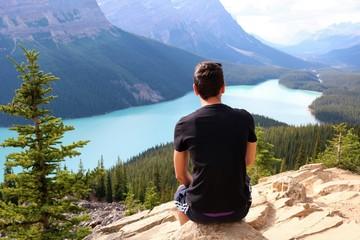 Homme devant lac Peyto