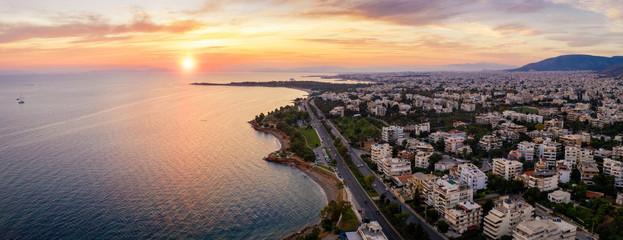Wall Mural - Luftaufnahme der südlichen Riviera von Athen in Griechenland mit Stränden und Restaurants bei Sonnenuntergang