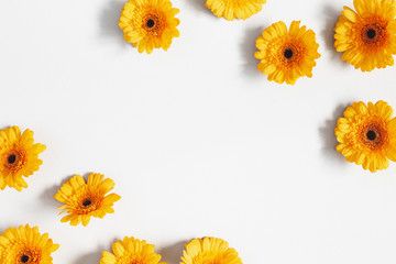 Photo sur Plexiglas Gerbera Flowers composition. Yellow gerbera flowers on gray background. Summer concept. Flat lay, top view, copy space