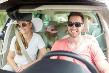 Familie mit Kindern beim Auto fahren