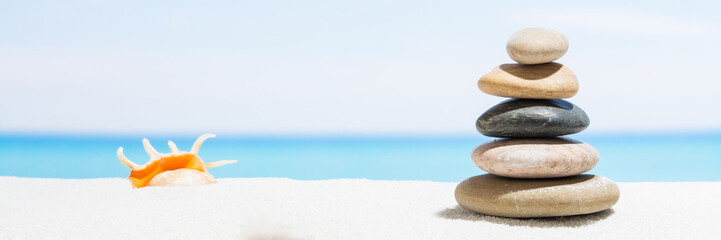 Photo sur Plexiglas Zen pierres a sable Relaxing in the tropical beach, with white sand and stack of stones. Background for banner
