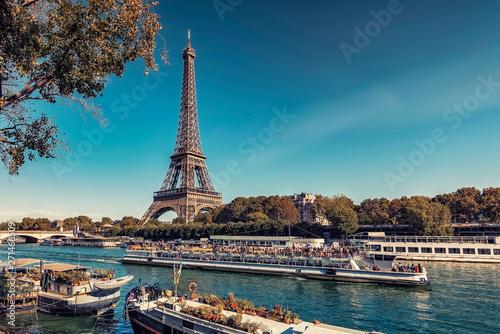 Fototapete Eiffel Tower in Paris in tourist season