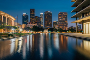 Staande foto Los Angeles The downtown Los Angeles skyline at night, with the reflecting pool at the Department of Water and Power, in Los Angeles, California