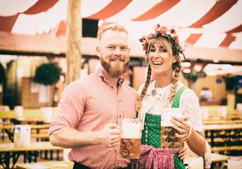 Fototapete - Junge Hübsche Bedienungen auf dem Münchner Oktoberfest mit Bierkrügen und Lederhose und Dirndl