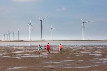 Wattwanderung vor Windparkkulisse in Termunterzijl