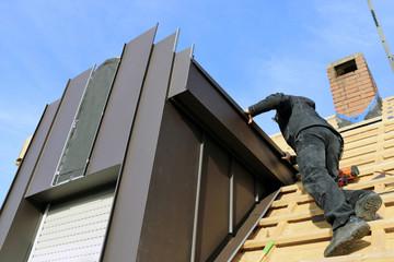 Dachdecker bei Arbeiten an einer neuen Dachgaube