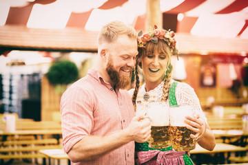 Fototapete - Mann und Frau Bedienung auf Oktoberfest mit Bier im Krug Maß Pärchen