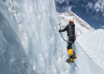 Nepal, Solo Khumbu, Everest, Mountaineers climbing on icefall