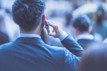 ビジネスマン・携帯電話