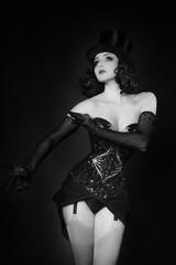 Woman, cabaret and glamor, with Marlène Dietrich style