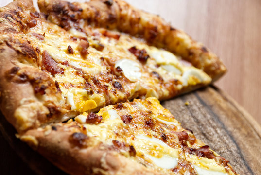 Pizza mit Ei und Speck