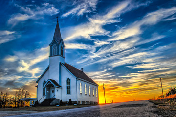 Papiers peints Lieu de culte Ellis County, KS USA - A Lone Church at Dusk in the Western Kansas Prairie