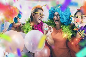 party mädchen frauen gruppe mit perücken und tröte und konfetti