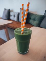 Grüner Smoothie mit Orangem Strohhalm
