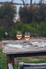 Zwei Weingläser auf Tisch im Garten