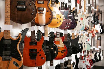 In de dag Muziekwinkel Rows of different guitars in music store