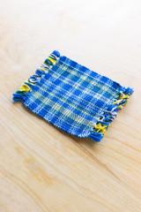 タータンチェック柄の布製コースター