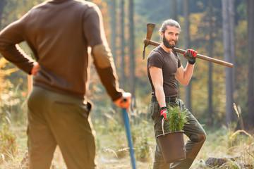 Waldarbeiter oder Praktikant im FÖJ pflanzt Bäume