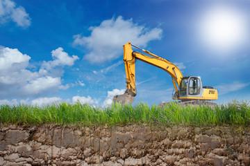 Bagger gräbt auf einer Erde ein Loch
