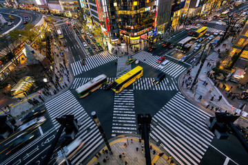 Fotomurales - Aerial view of intersection in Ginza, Tokyo, Japan at night.