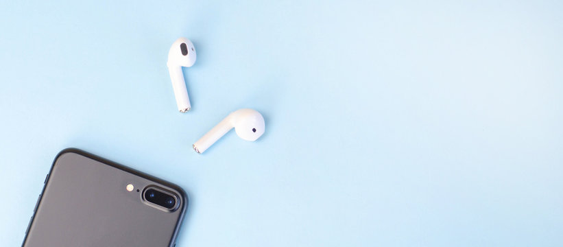 Banner for the site with a smartphone and wireless headphones.