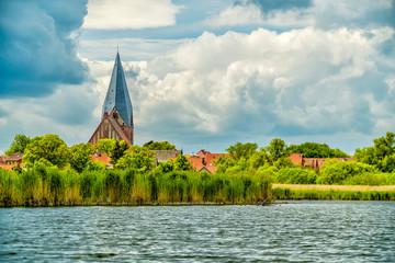 Nikolaikirche in Röbel von der Binnenmüritz her