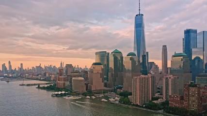 Fotomurales - Slow drone rotation around Lower Manhattan skyline at sunset