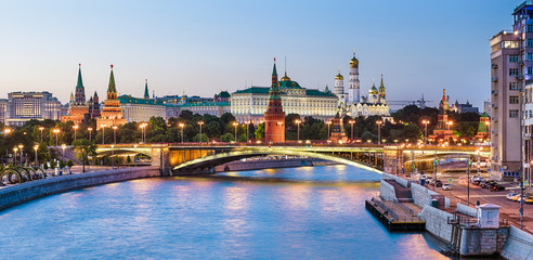 Fototapete - Moscow Kremlin at Moskva River, Russia. Beautiful view of the famous Moscow city center in summer. Panorama of old Moscow Kremlin and Bolshoy Kamenny Bridge at dusk. Moscow cityscape in evening.