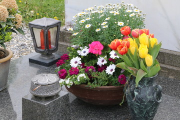 Am Friedhof, Grabgestaltung im Frühling, Grabpflege, Trauer, Tod,