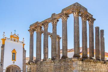 Templo Romano oder Templo de Diana neben Pousada Convento dos Lóios in Évora, Alentejo, Portugal Wall mural