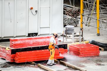 Bauarbeiter mit Hochdruckreiniger