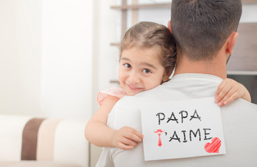 french text love you dad. girl showing i love you father banner