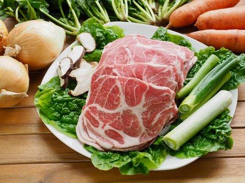 한국의 돼지고기 목살과 채소