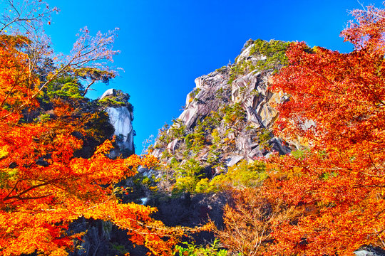 紅葉シーズンの山梨、甲府市にある昇仙峡の景観