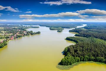 Czerwcowe kwitnienie wody w jeziorze Omulew na Mazurach w Polsce