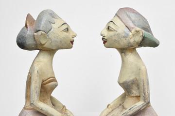Asiatische Skulpturen von Mann und Frau blicken sich verliebt an