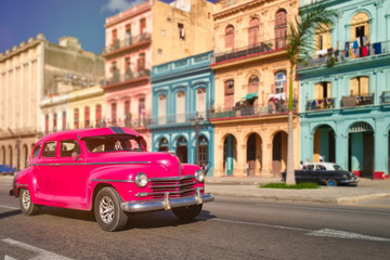 Papiers peints La Havane Antique car and colorful buildings in old Havana