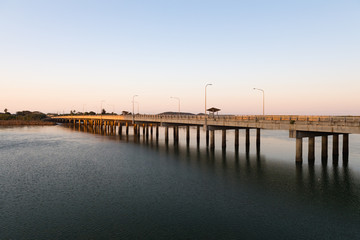 Brücke für den Insel-Transfer bei Sonnenaufgang