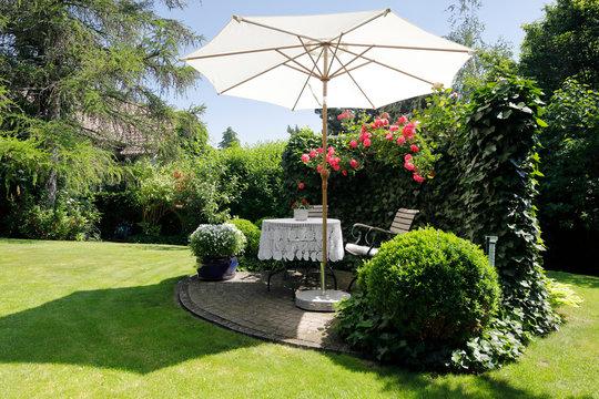 Idyllischer Sitzplatz im Garten