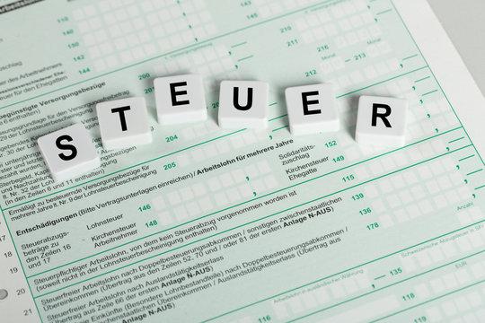 Buchstaben STEUER auf einer Steuererklärung