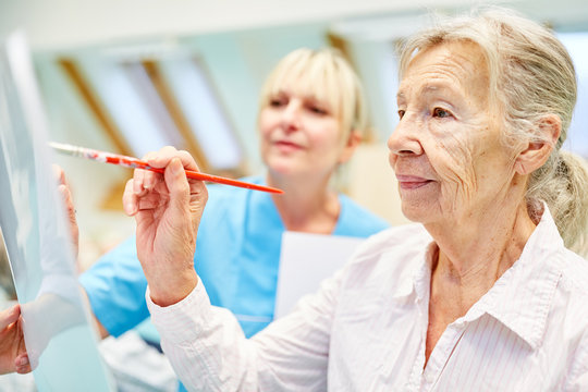 Senior woman with dementia in creative painting class