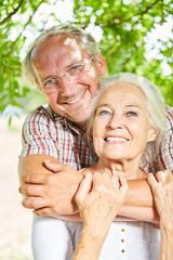 Glückliches Senioren Paar umarmt sich liebevoll