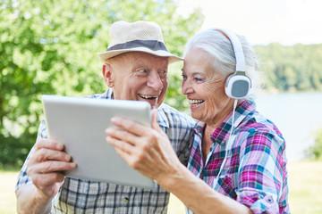 Senioren Paar hat Spaß auf einem Ausflug