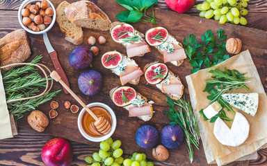 Sandwiches with arugula, figs and blue cheese
