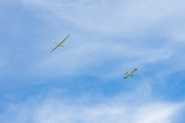 Schleppflugzeug mit Segelflugzeug an der Schleppleine. Standort: Deutschland, Nordrhein-Westfalen, Borken,
