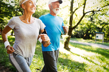 Stores à enrouleur Jogging Mature couple jogging and running outdoors in city