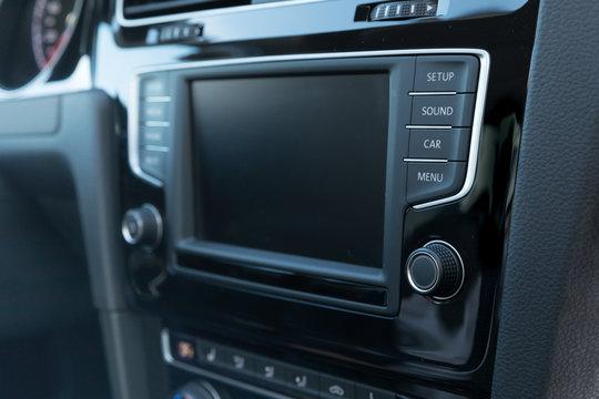 Autoradio in Mittelkonsole von Mittelklasse-PKW