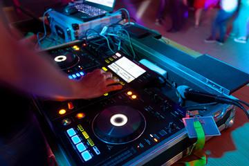 Sprzęt sterujący DJ, impreza taneczna