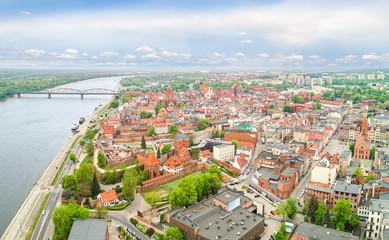 Fototapeta Toruń z lotu ptaka - krajobraz starego miasta z rzeką Wisłą.  Panorama miasta z widocznym zamkiem krzyżackim. obraz