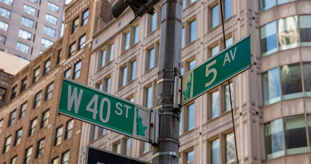 Fototapete - 5th ave and W40 corner. Green color street signs, Manhattan New York downtown